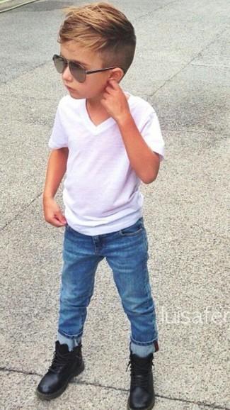 Come indossare e abbinare: t-shirt bianca, jeans blu, stivali neri