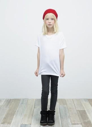 Come indossare: t-shirt bianca, jeans neri, stivali neri, cuffia rosso