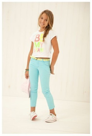 Come indossare: t-shirt stampata bianca, jeans verde menta, sneakers bianche, bracciale verde