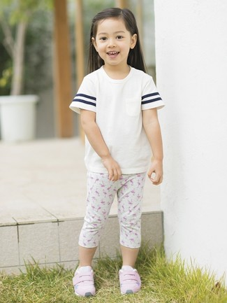 Come indossare: t-shirt bianca, leggings stampati grigi, sneakers rosa