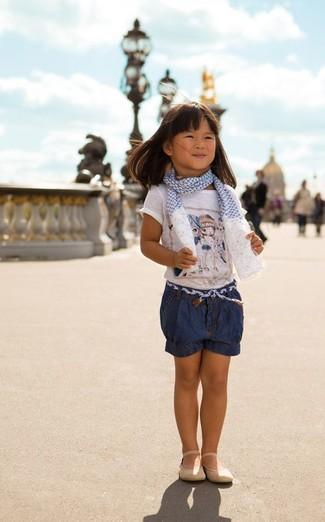 Come indossare e abbinare: t-shirt stampata bianca, pantaloncini di jeans blu scuro, ballerine beige, sciarpa bianca e blu