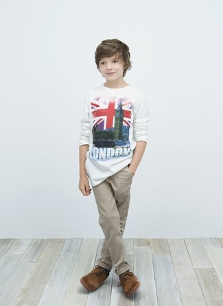 Come indossare: t-shirt bianca, pantaloni beige, scarpe oxford marroni