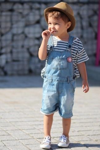 Come indossare: t-shirt a righe orizzontali bianca, salopette azzurra, sneakers beige, borsalino marrone chiaro