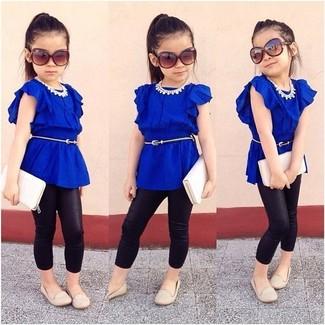 Come indossare e abbinare: t-shirt blu, leggings neri, ballerine beige