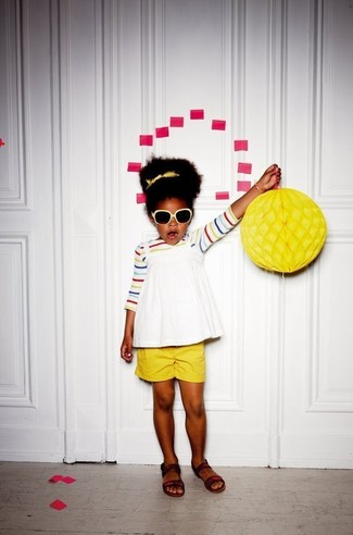 Come indossare: t-shirt a righe orizzontali multicolore, canotta bianca, pantaloncini gialli, sandali marrone scuro