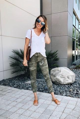 Come indossare e abbinare: t-shirt con scollo a v bianca, jeans aderenti mimetici verde oliva, sandali piatti in pelle marrone chiaro, cartella in pelle marrone