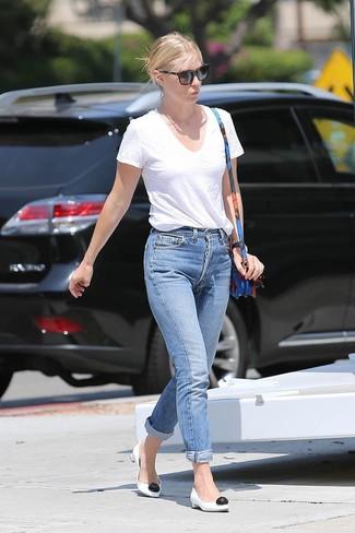 Come indossare: t-shirt con scollo a v bianca, jeans boyfriend blu, décolleté in pelle bianchi e neri, borsa a tracolla in pelle a fiori blu