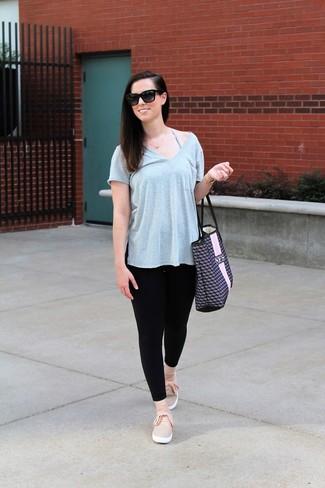 Come indossare e abbinare: t-shirt con scollo a v grigia, leggings neri, sneakers senza lacci rosa, borsa shopping in pelle stampata blu scuro