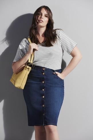 Come indossare e abbinare: t-shirt girocollo a righe orizzontali bianca e nera, gonna con bottoni di jeans blu scuro, borsa shopping in pelle gialla