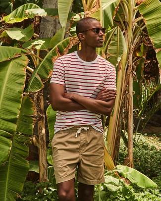 Come indossare e abbinare: t-shirt girocollo a righe orizzontali bianca e rossa, pantaloncini marrone chiaro, occhiali da sole marrone scuro
