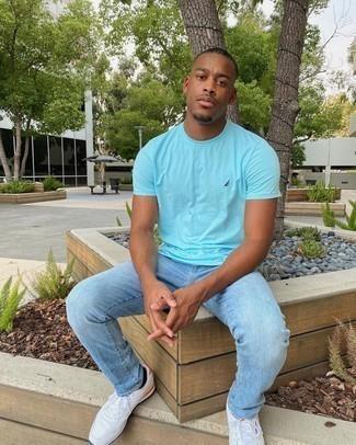Trend da uomo 2020 in modo rilassato: Potresti abbinare una t-shirt girocollo acqua con jeans azzurri per un pranzo domenicale con gli amici.