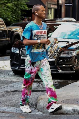 Moda ragazzo adolescente: Opta per una t-shirt girocollo stampata acqua e jeans effetto tie-dye multicolori per un look perfetto per il weekend. Scegli un paio di scarpe sportive bianche per avere un aspetto più rilassato.
