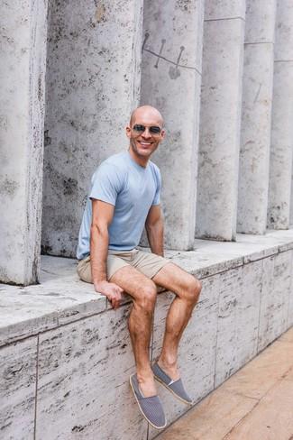 Come indossare e abbinare: t-shirt girocollo azzurra, pantaloncini beige, espadrillas di tela blu scuro e bianche, occhiali da sole grigio scuro