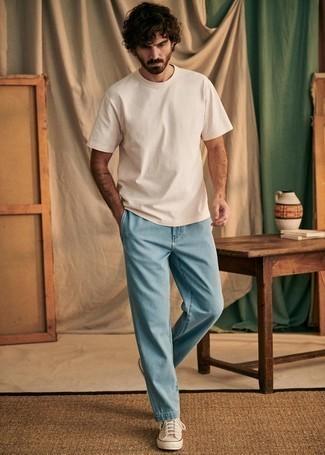 Trend da uomo 2020: Metti una t-shirt girocollo beige e jeans azzurri per un pranzo domenicale con gli amici. Per un look più rilassato, opta per un paio di sneakers alte di tela beige.