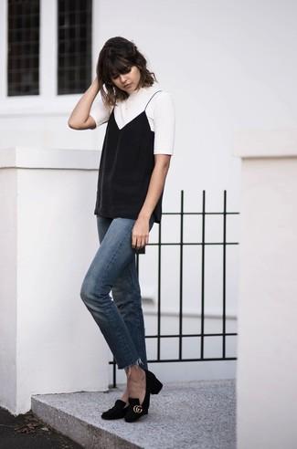 Come indossare: t-shirt girocollo bianca, canotta nera, jeans blu, décolleté in pelle scamosciata neri