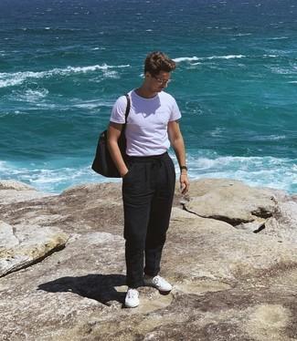 Come indossare e abbinare: t-shirt girocollo bianca, chino di lino neri, sneakers basse bianche, borsa shopping di tela blu scuro