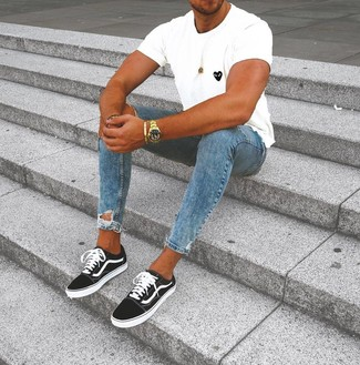 Come indossare e abbinare: t-shirt girocollo stampata bianca e nera, jeans aderenti strappati blu, sneakers basse nere e bianche, orologio dorato