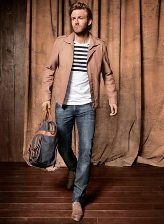 Come indossare: t-shirt girocollo a righe orizzontali bianca e nera, jeans blu, mocassini driving marroni, zaino blu scuro