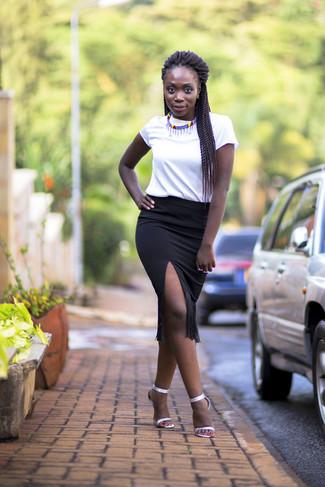 Come indossare: t-shirt girocollo bianca, gonna a tubino con frange nera, sandali con tacco in pelle argento, collana multicolore