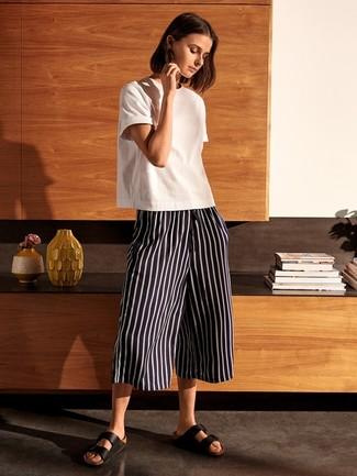 7c35a633c966 Come indossare: t-shirt girocollo bianca, gonna pantalone a righe verticali  nera e