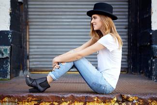 Come indossare: t-shirt girocollo bianca, jeans aderenti azzurri, stivali chelsea neri, borsalino nero