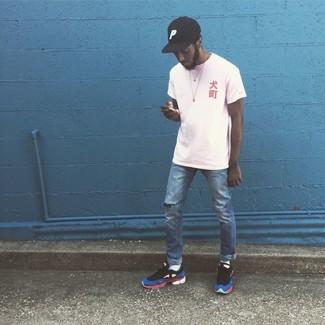 Come indossare e abbinare: t-shirt girocollo bianca, jeans strappati blu, scarpe sportive multicolori, berretto da baseball nero