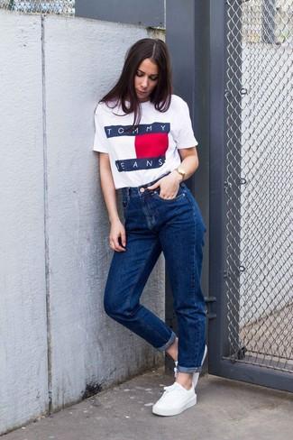 Come indossare e abbinare: t-shirt girocollo stampata bianca, jeans boyfriend blu, sneakers basse bianche, orologio dorato