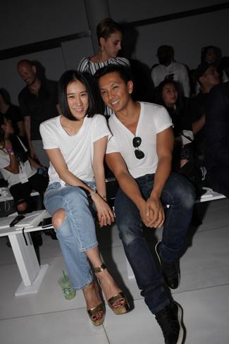 Come indossare: t-shirt girocollo bianca, jeans strappati azzurri, sandali con tacco in pelle dorati