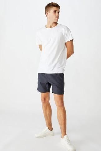 Come indossare e abbinare sneakers basse in pelle bianche: Per un outfit quotidiano pieno di carattere e personalità, potresti combinare una t-shirt girocollo bianca con pantaloncini blu scuro. Perfeziona questo look con un paio di sneakers basse in pelle bianche.