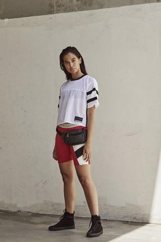 Come indossare: t-shirt girocollo in rete bianca, pantaloncini ciclisti stampati rossi, stivali piatti stringati in pelle scamosciata neri, marsupio in pelle nero