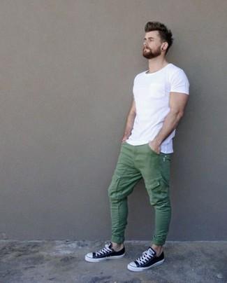 Look alla moda per uomo: T shirt girocollo bianca, Pantaloni