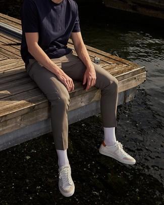 Come indossare e abbinare chino beige: Per un outfit quotidiano pieno di carattere e personalità, indossa una t-shirt girocollo blu scuro con chino beige. Sneakers basse in pelle bianche sono una eccellente scelta per completare il look.