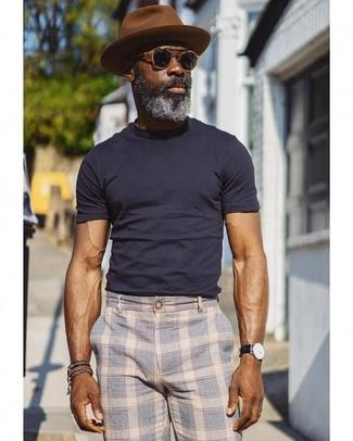 Come indossare: t-shirt girocollo blu scuro, chino scozzesi azzurri, borsalino di lana marrone, occhiali da sole neri