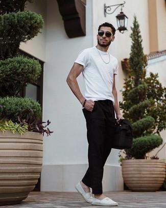 Trend da uomo 2021: Per un outfit quotidiano pieno di carattere e personalità, indossa una t-shirt girocollo bianca con chino neri. Espadrillas di tela a righe orizzontali grigie sono una splendida scelta per completare il look.