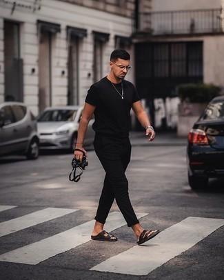 Come indossare e abbinare occhiali da sole trasparenti: Opta per il comfort in una t-shirt girocollo nera e occhiali da sole trasparenti. Per un look più rilassato, prova con un paio di sandali in pelle neri.