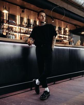 Come indossare e abbinare una t-shirt girocollo nera: Vestiti con una t-shirt girocollo nera e chino neri per un look raffinato per il tempo libero. Mostra il tuo gusto per le calzature di alta classe con un paio di scarpe derby in pelle nere.