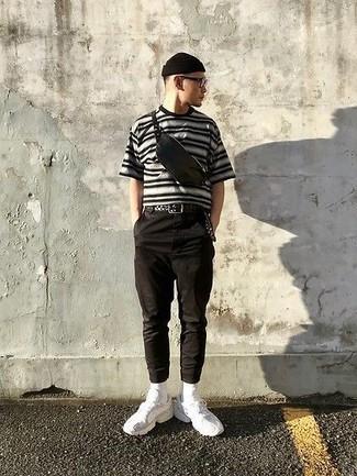 Come indossare e abbinare occhiali da sole trasparenti: Potresti indossare una t-shirt girocollo a righe orizzontali grigia e occhiali da sole trasparenti per un look comfy-casual. Abbellisci questo completo con un paio di scarpe sportive bianche.
