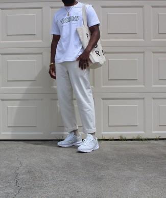 Trend da uomo 2020 in modo rilassato: Mostra il tuo stile in una t-shirt girocollo stampata bianca con chino bianchi per un look trendy e alla mano. Non vuoi calcare troppo la mano con le scarpe? Mettiti un paio di scarpe sportive bianche per la giornata.
