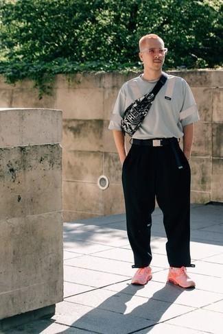 Come indossare e abbinare una t-shirt girocollo grigia: Coniuga una t-shirt girocollo grigia con chino neri per un look raffinato per il tempo libero. Per distinguerti dagli altri, calza un paio di scarpe sportive fucsia.