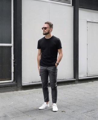 Come indossare e abbinare occhiali da sole marroni: Scegli un outfit rilassato in una t-shirt girocollo nera e occhiali da sole marroni. Rifinisci il completo con un paio di sneakers basse di tela bianche.