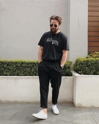 Come indossare e abbinare occhiali da sole marrone scuro: Per un outfit della massima comodità, scegli un outfit composto da una t-shirt girocollo stampata nera e bianca e occhiali da sole marrone scuro. Indossa un paio di sneakers basse di tela bianche per dare un tocco classico al completo.