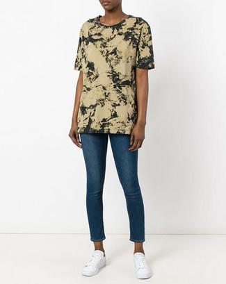 Come indossare: t-shirt girocollo effetto tie-dye verde oliva, jeans aderenti blu, sneakers basse bianche
