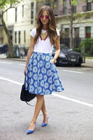 Come indossare: t-shirt girocollo bianca, gonna a ruota a fiori blu, décolleté in pelle scamosciata blu, borsa shopping in pelle nera
