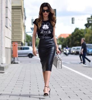 Come indossare e abbinare: t-shirt girocollo stampata nera e bianca, gonna a tubino in pelle nera, décolleté in pelle neri, borsa a mano in pelle bianca