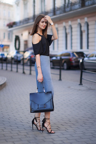 Come indossare: t-shirt girocollo nera, gonna a tubino blu, sandali con tacco in pelle scamosciata neri, cartella in pelle nera