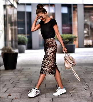 Come indossare: t-shirt girocollo nera, gonna a tubino leopardata marrone, sneakers basse in pelle bianche, borsa a tracolla in pelle ricamata beige