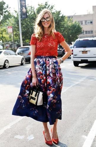 Come indossare: t-shirt girocollo di pizzo rossa, gonna longuette a fiori blu scuro, décolleté di raso rossi, cartella in pelle beige