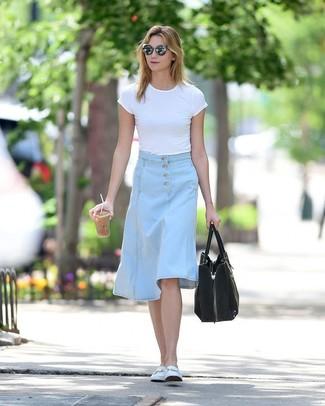 Come indossare: t-shirt girocollo bianca, gonna longuette di jeans azzurra, mocassini eleganti in pelle bianchi, borsa shopping in pelle scamosciata nera