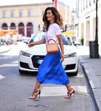 Come indossare e abbinare: t-shirt girocollo bianca, gonna longuette di seta blu, sandali con tacco in pelle fucsia, borsa a tracolla in pelle stampata arancione