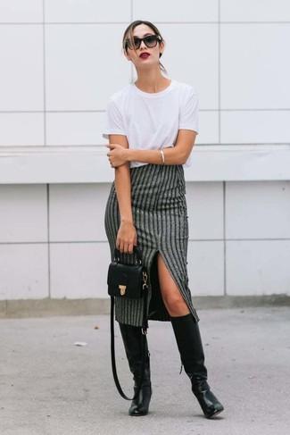 Come indossare e abbinare: t-shirt girocollo bianca, gonna longuette a righe verticali grigia, stivali al ginocchio in pelle neri, borsa a tracolla in pelle nera